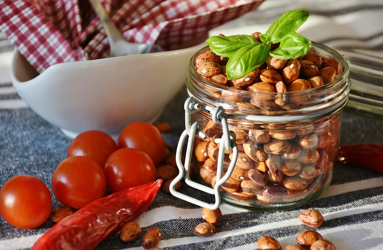 Kichererbsenmehl in einem Glas mit Tomaten und Paprika